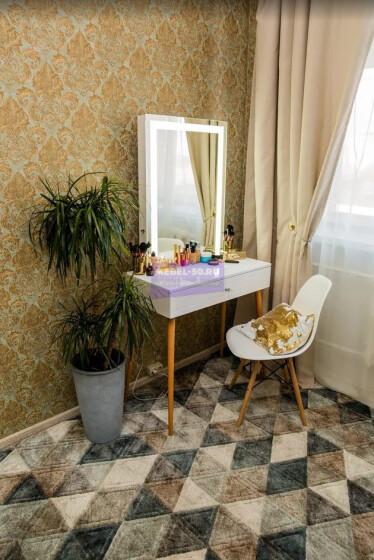 Стол на деревянных опорах. Цвет Белый . МДФ пленка глянец. Фасад накладной. Узор » Люксембург». Светодиодное 60*80