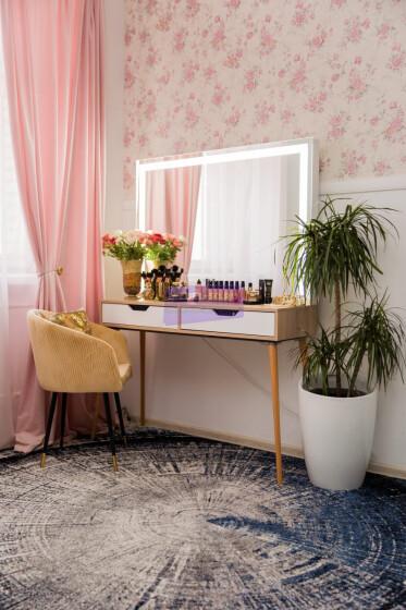 Стол на деревянных опорах. Цвет сонома. Фасад вкладной МДФ с вырезом. Светодиодное 120*80.