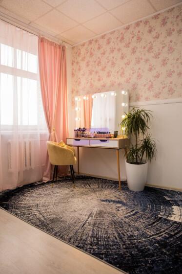 Стол на деревянных опорах. Цвет сонома. Фасад вкладной МДФ с вырезом. Безрамное 120*80 фото 9