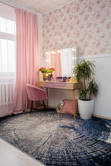 Стол на деревянных опорах. Цвет Дуб Сонома. Фасад накладной. Безрамное 100*80
