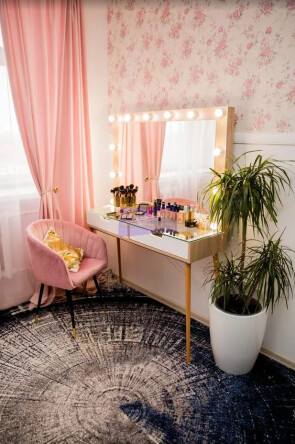 Стол на деревянных опорах. Стеклянная столешница. Цвет сонома. Фасад вкладной МДФ с вырезом. В раме 120*80