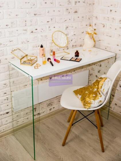 Стол с закалёнными стеклянными опорами МДФ столешницей и царгой в пленке глянец.
