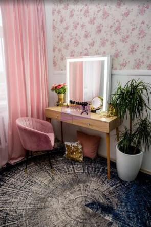 Гримерный столик на деревянных опорах. Цвет Дуб Сонома. Фасад накладной. Светодиодное 80*80