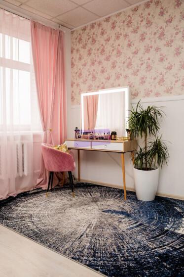 Стол на деревянных опорах. Цвет Сонома. Фасад вкладной. Фасад МДФ пленка глянец. Светодиодное 100*80