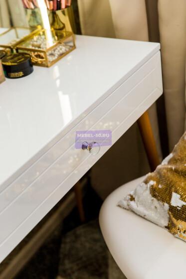 Стол на деревянных опорах. Цвет Белый . МДФ пленка глянец. Фасад накладной. Узор » Люксембург». Светодиодное 80*80