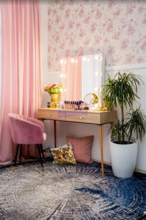 Стол на деревянных опорах. Цвет Дуб Сонома. Фасад накладной. Безрамное 80*80