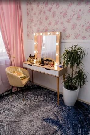 Гримерный стол на деревянных опорах. Цвет сонома. Фасад вкладной МДФ с вырезом. В раме 80*80