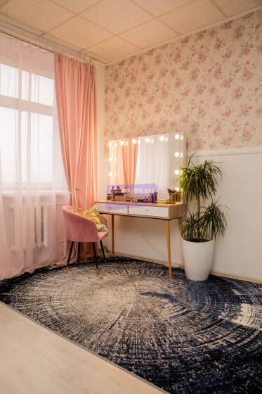 Стол на деревянных опорах. Цвет Сонома. Фасад вкладной. Фасад МДФ пленка глянец. Безрамное 120*80
