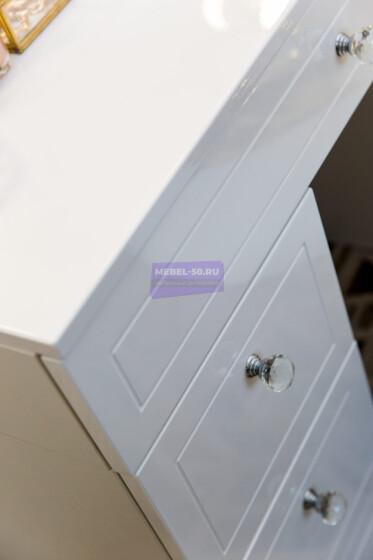 Серия 2 (консольная) Стол 80*80 Цвет Белый. МДФ в пленке. Фасад накладной. Узор » Лондон». Безрамное 80*80