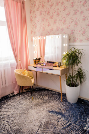 Стол на деревянных опорах. Цвет сонома. Фасад вкладной МДФ с вырезом. Безрамное 120*80