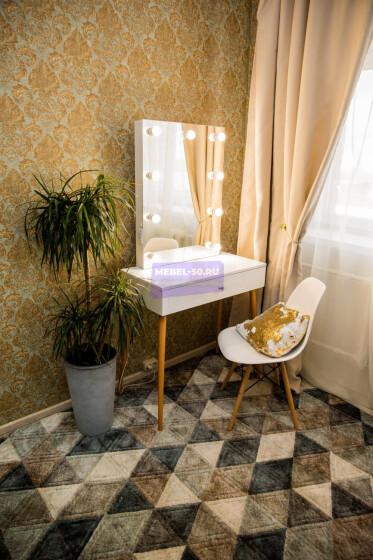 Стол на деревянных опорах. Цвет Белый . МДФ пленка глянец. Фасад накладной. Узор » Лондон». Безрамное 60*80